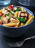 Wholemeal penne pasta with grilled chicken, pepper and spinach