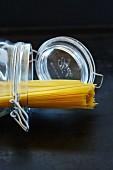 Spaghetti in einem Einmachglas, umgekippt