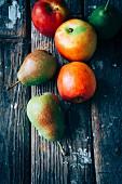 Frische Äpfel und Comicebirnen