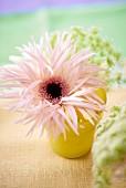 Blumendeko am Hochzeitsbuffet