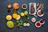 Stillleben mit verschiedenen sauren Gewürzen und Zutaten