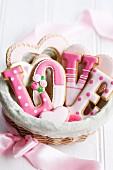 'LOVE'-Plätzchen zum Valentinstag in einem Geschenkkorb