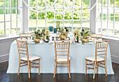 Eleganter Hochzeitstisch in Weiss und Gold