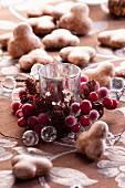 Weihnachtsdekoration mit einer Kerze und Lebkuchen