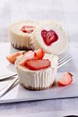 Käsekuchen-Muffins mit Erdbeeren