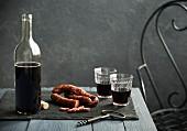 Tischszene mit Rotwein und Chorizo