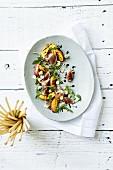 Gegrillte Pfirsiche mit Feigen, Rucola, Prosciutto, Haselnüssen, Blauschimmelkäse und Balsamico-Reduktion, Grissini