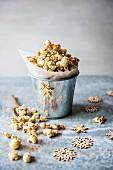 Honig-Zimt-Popcorn im Metalleimer zu Weihnachten