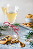 Käse-Mohn-Kekse mit einem Weihnachtsgetränk