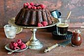 Double Chocolate Cake mit Himbeeren und Schokoladensauce