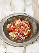 Geriebener Parmesan mit Tomaten, Basilikum und Knoblauchblüten