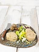 Veganer Macadamiakäse mit Oliven