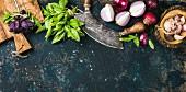 Grünes und rotes Basilikum, rote Zwiebel und Knoblauch für gesunde Ernährung