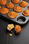 Zimt-Apfel-Muffins auf dunklem Hintergrund