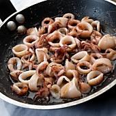 Gebratene Calamari in der Pfanne