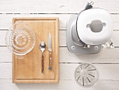 Utensiliein für die Saftzubereitung: Standmixer, Messbecher, Zitruspresse und Besteck