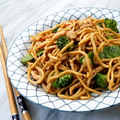 Chinese lo mein with chicken, broccoli and mangetout