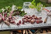 Rote Bete, zum Einlegen vorbereitet, auf Gartentisch