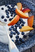 Yoghurt with blueberries and peach slices