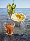Parmesan Brulee mit Zucchinisticks und Tomatendip