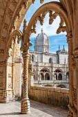 Arkaden im Kreuzgang im Hieronymuskloster, Lissabon, Portugal