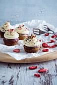Vegane Schokoladen-Cupcakes mit Vanillefrosting und gefriergetrockneten Erdbeeren