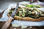 Überbackenes Röstbrot mit Waldpilzen, Rucola und Käse (vegan)