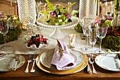 Festlich gedeckter Tisch in ländlichem Stil