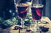 Zwei Gläser Glühwein mit Gewürznelken, Zimt und Anis zu Weihnachten