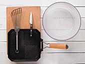 Grillpfanne, Pfannenwender, Messer und Salatschleuder