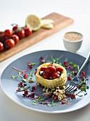 Blätterteigtörtchen mit gebratenen Tomaten, Ziegenkäse, Zwiebelmarmelade, Basilikumpesto und Fenchel-Pilz-Salsa