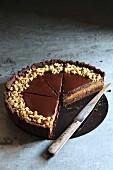 Schokoladen-Karamell-Tarte mit Walnüsse, angeschnitten