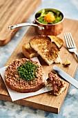 Beef Tatar mit getoastetem Brot und Salat