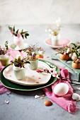 Blumenväschen aus leeren Eierschalen als Tischdekoration