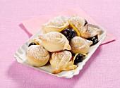 Süsse Brotteig-Tortelli mit Marmelade und Heidelbeeren (Italien)