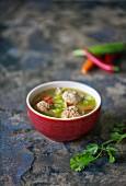 Asia-Suppe mit Hackbällchen und Chilischoten