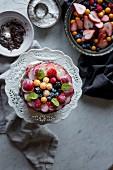 Vanillekuchen mit frischen Früchten dekoriert