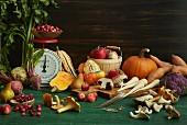 Stillleben mit Herbstgemüse, Pilzen, Obst und alter Küchenwaage
