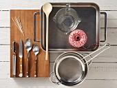 Küchengeräte für die Zubereitung von geschmorten Wachteln mit Linsen