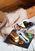 Käsekuchenschnitte mit Feigen und weisser Schokolade