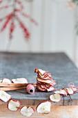 DIY-Girlande aus getrockneten Apfelscheiben