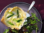 Asparagus tartlets with green and white asparagus and wild garlic pesto