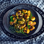 Vegane gebratene Kartoffeln mit Champignons, Rucola und Dill