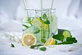 Detox-Wasser mit Salatgurke, Zitrone und Minze
