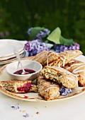 Flieder-Scones mit Marmelade