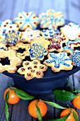 Verschiedene Lebkuchenplätzchen mit bunter Glasur auf Kuchenständer
