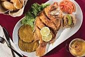 Gebratener Fisch mit Kochbananen, Kokosreis und Tomaten (Lateinamerika)