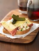 Reuben Sandwich mit Pastrami, Käse und Essiggurken (USA)