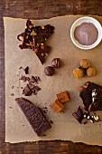 Verschiedene Arten von Schokolade: Schokoladenpulver, Schokoladentrüffeln, Valrhona Schokoriegel und Schokoriegel mit Mandeln