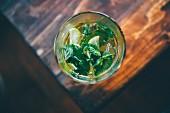 Cocktail mit Zitronenscheiben und frischer Minze